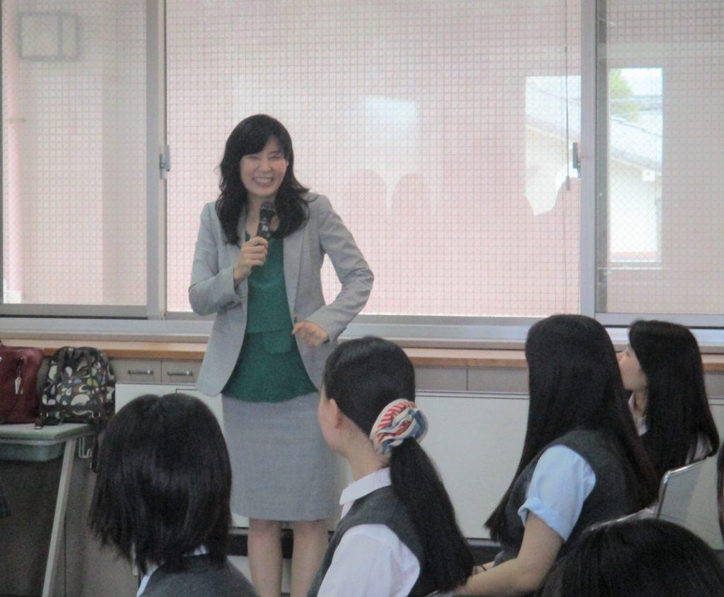教室で話し合う生徒と先生